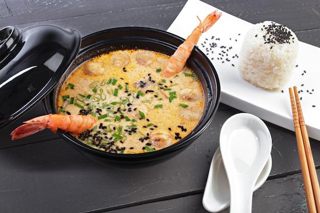 Zuppa di tom yam con frutti di mare