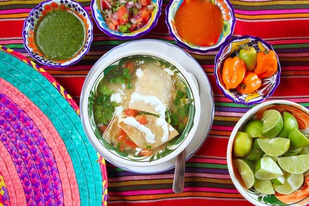 Zuppa di tortilla e salse messicane con peperoncino habanero