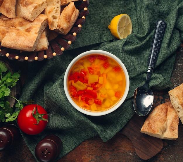 Zuppa di verdure con pomodoro e limone