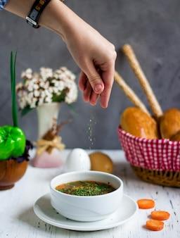 Zuppa di verdure condita con erbe
