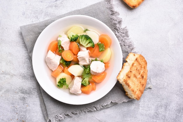 Zuppa di verdure e petto di pollo