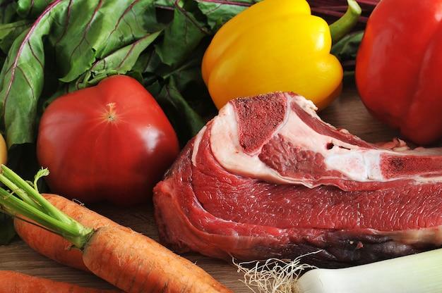Zuppa di verdure raccolta carne con patate, pomodori, carote, aglio, porri, barbabietole, pepe, prezzemolo e manzo