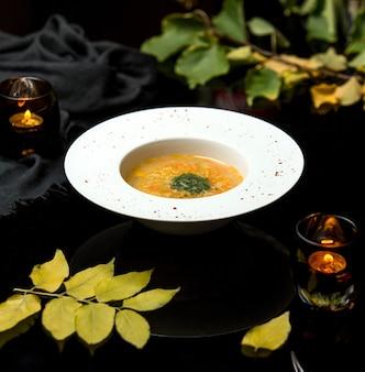 Zuppa di verdure su brodo di pollo cosparsa di erbe