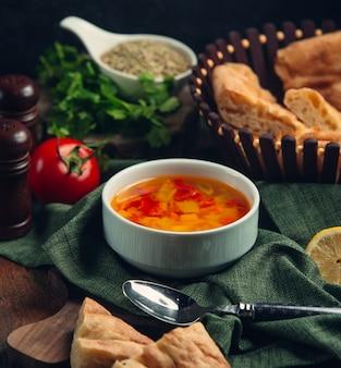 Zuppa di verdure sul tavolo