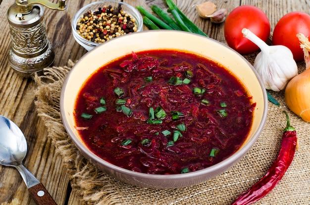 Zuppa di verdure vegetariana con barbabietola rossa.