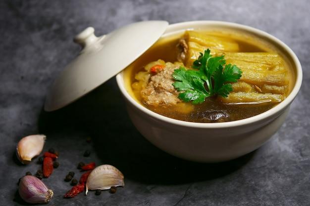 Zuppa di zucca amara con carne di maiale tritata e funghi shiitake