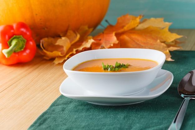 Zuppa di zucca con zucca fresca