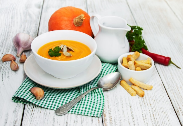 Zuppa di zucca con zucche fresche
