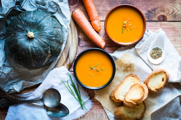 Zuppa di zucca deliziosa cremosa vegana