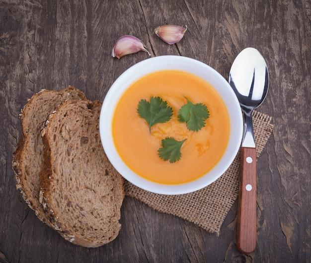Zuppa di zucca e farina di pane deliziose. sul tavolo decorativo vintage.