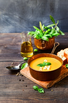 Zuppa di zucca e pane con basilico e cracker croccanti, ricetta vegana