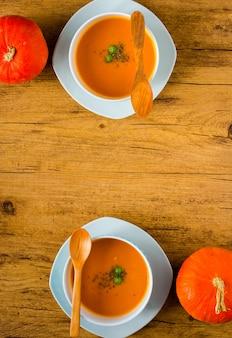 Zuppa di zucca fatta in casa su fondo di legno rustico spazio libero per il testo.