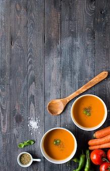 Zuppa di zucca fatta in casa su rustico su legno