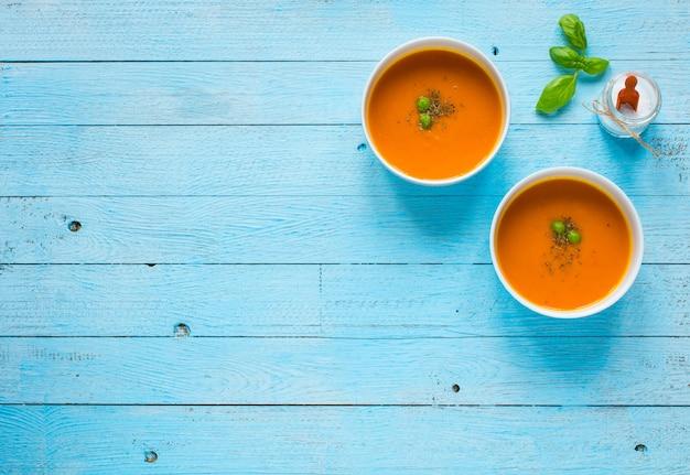 Zuppa di zucca fatta in casa sul tavolo di legno rustico
