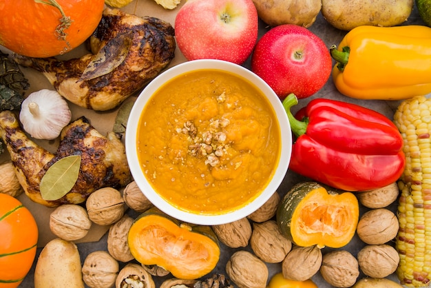 Zuppa di zucca in una ciotola sul fondo di cibo
