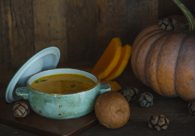 Zuppa di zucca in una padella bianca