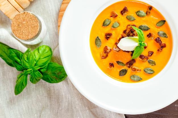 Zuppa di zucca in zolla bianca