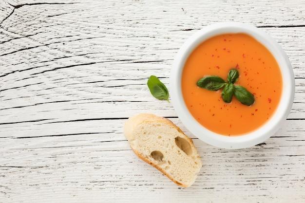 Zuppa di zucca piatta con pane