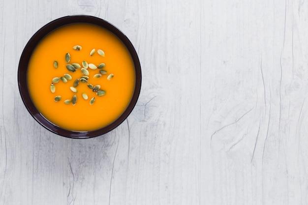 Zuppa di zucca su bianco
