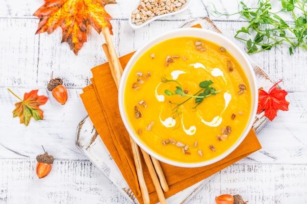 Zuppa di zucca su sfondo autunnale