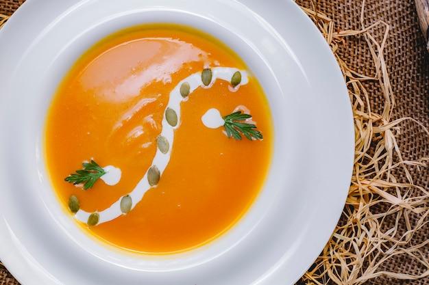 Zuppa di zucca vista dall'alto con semi di zucca