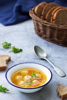 Zuppa dietetica con polpette di carne, patate e noodles servita con pane di segale con crusca. menu per bambini.