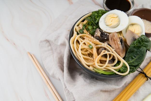 Zuppa e bacchette di ramen di uova e spinaci
