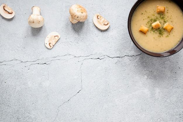 Zuppa e fette di funghi copia spazio