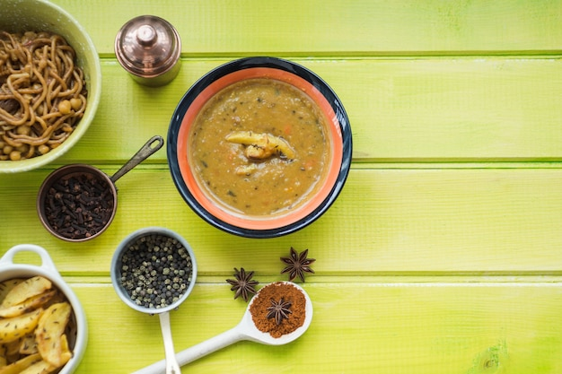 Zuppa e spezie vicino ai piatti