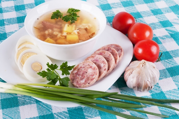 Zuppa e una varietà di verdure