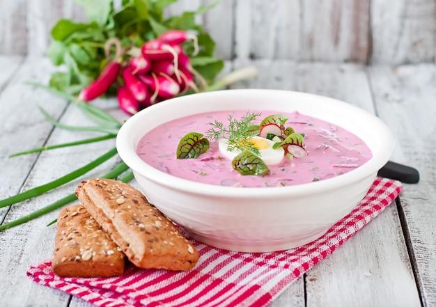 Zuppa fredda di barbabietole su yogurt con uovo, ravanelli e cetrioli