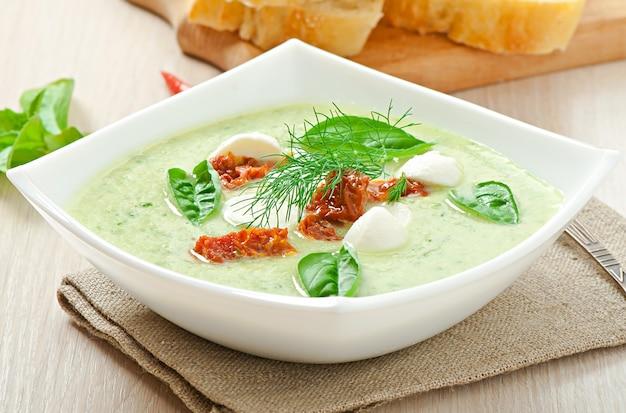Zuppa fredda di cetrioli con pomodori secchi e mozzarella