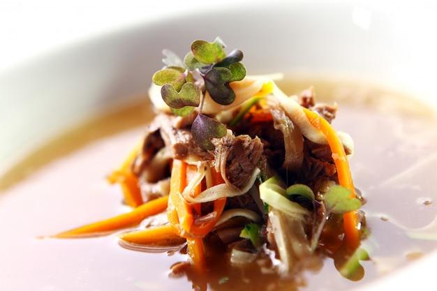 Zuppa gourmet fresca con carne