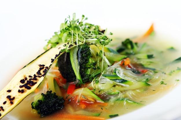 Zuppa gourmet vegetariana di verdure di stagione