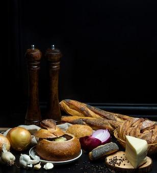 Zuppa nel pane sul tavolo