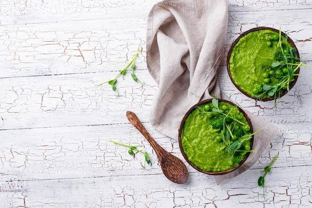 Zuppa o frullato di broccoli verdi vegani