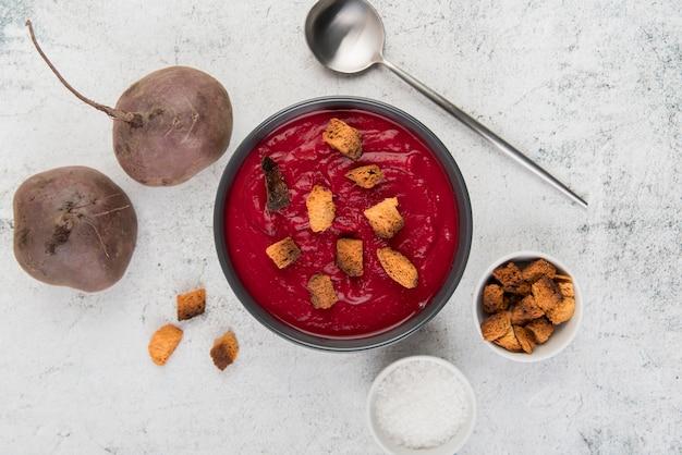 Zuppa piatta di crema di pomodoro fatta in casa
