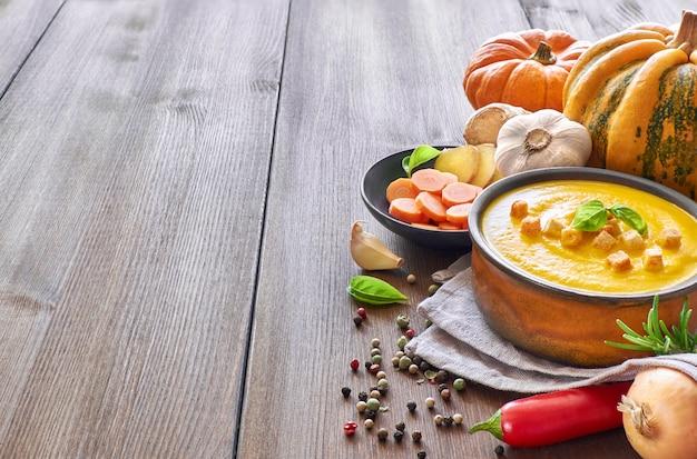 Zuppa piccante di zucca e carote con aglio, cipolla. peperoncino e zenzero