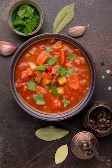 Zuppa spessa di pomodoro con carne, cereali e verdure