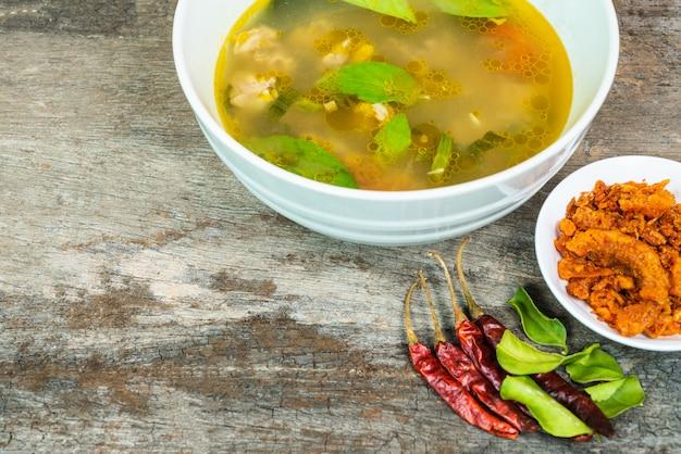 Zuppa tailandese con pollo, zuppa tom yum con pollo, stile cibo tailandese.