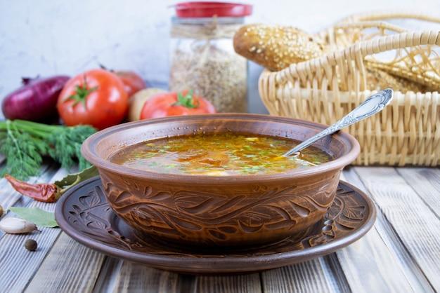 Zuppa tradizionale georgiana di kharcho con carne e riso