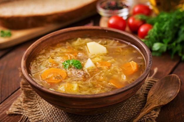 Zuppa tradizionale russa con crauti e zuppa di crauti.
