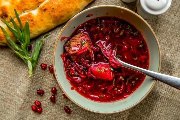 Zuppa ucraina tradizionale borsch vista dall'alto servita con verdure e pane