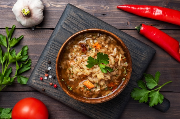 Zuppa vegetariana kharcho con riso e verdure.