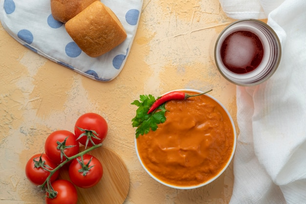 Zuppa verde fresca o frullato a base di pomodoro e avocado, piatti italiani di zuppa di gazpacho