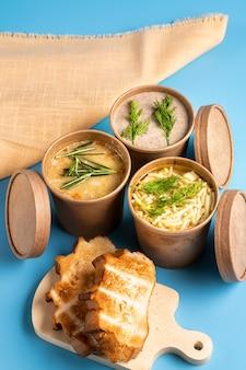 Zuppe in bicchieri usa e getta di carta e pane fatto in casa