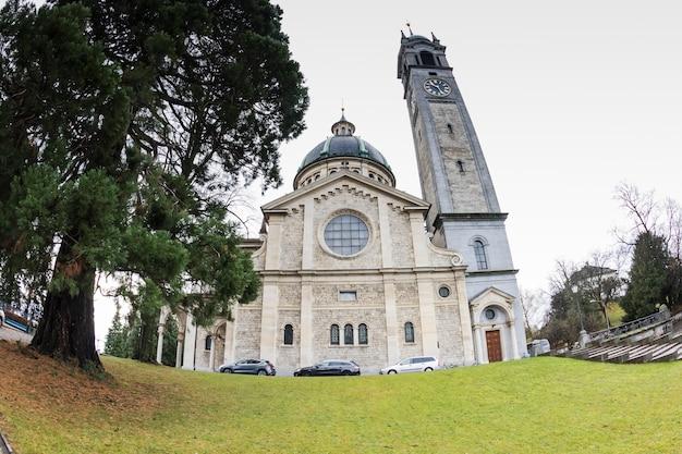 Zurigo, svizzera. veduta di una chiesa della città