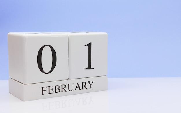 01 de fevereiro. dia 01 do mês, calendário diário na mesa branca.