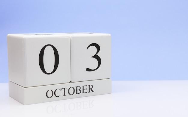 03 de outubro. dia 3 do mês, calendário diário na mesa branca