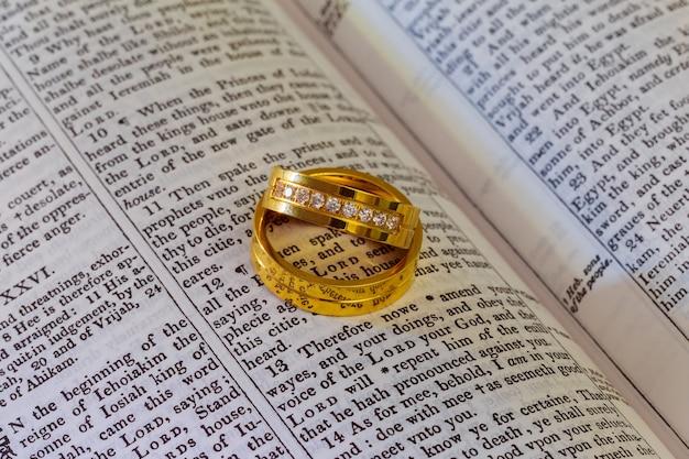 04 de novembro de 2016 dois anéis de casamento em uma bíblia bíblia dos anéis de casamento